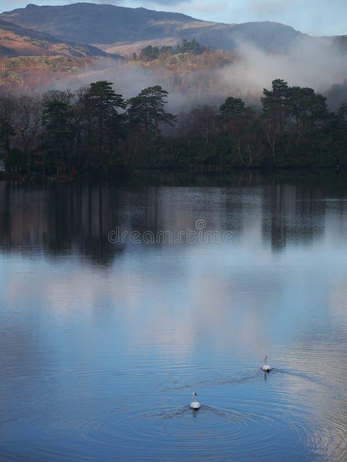 Niebla de la madrugada en el distrito del lago fotos de archivo