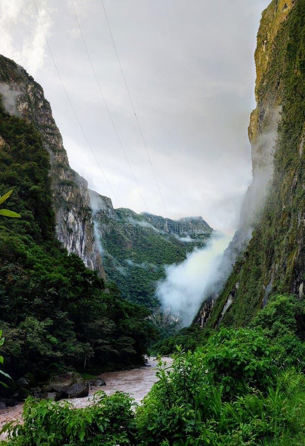 Niebla de la montaña imagenes de archivo