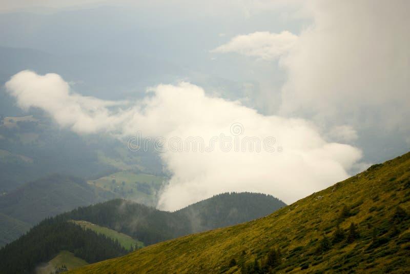 Niebla de la montaña de la mañana fotografía de archivo