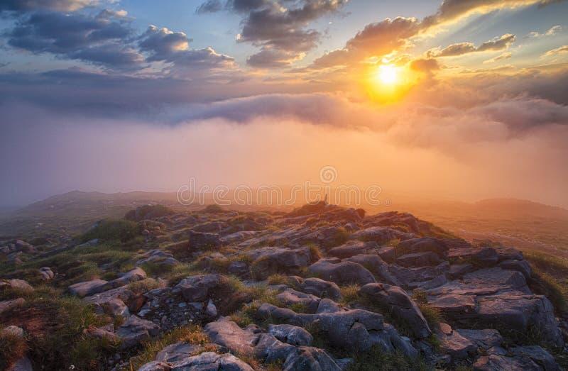 Niebla de la montaña en la salida del sol con las nubes imagen de archivo