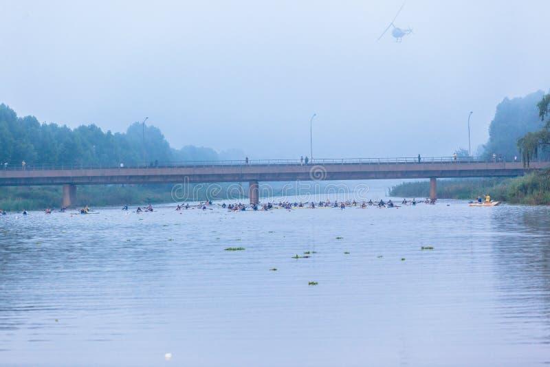 Niebla del comienzo de la canoa de Dusi imagen de archivo libre de regalías