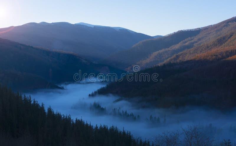 Niebla del mar, mar de nubes en salida del sol foto de archivo