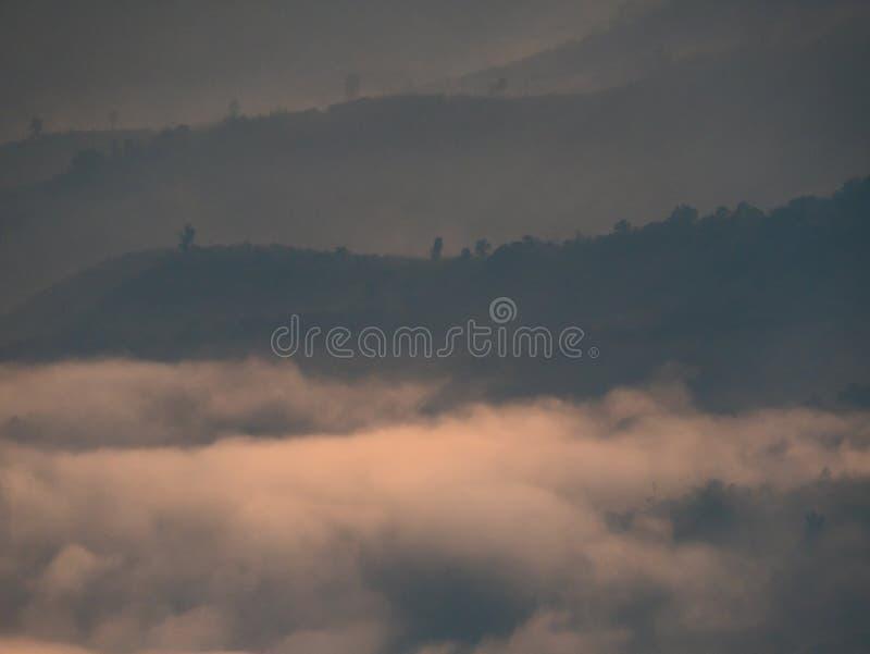 Niebla del misterio en fondo de la montaña fotos de archivo
