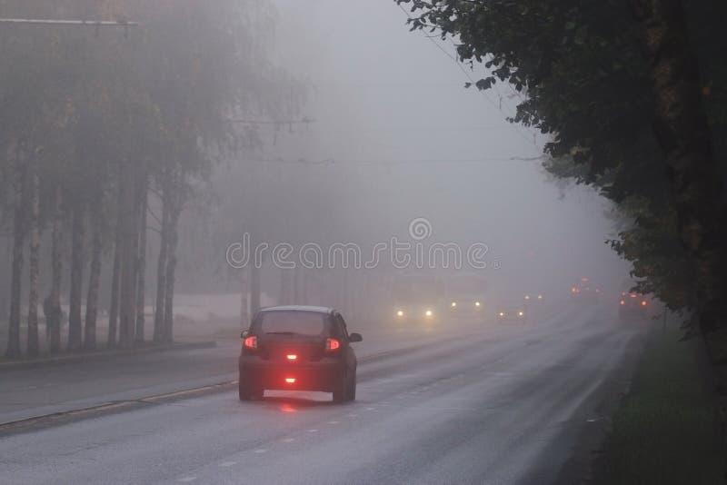 Niebla del otoño en el camino de ciudad imagen de archivo