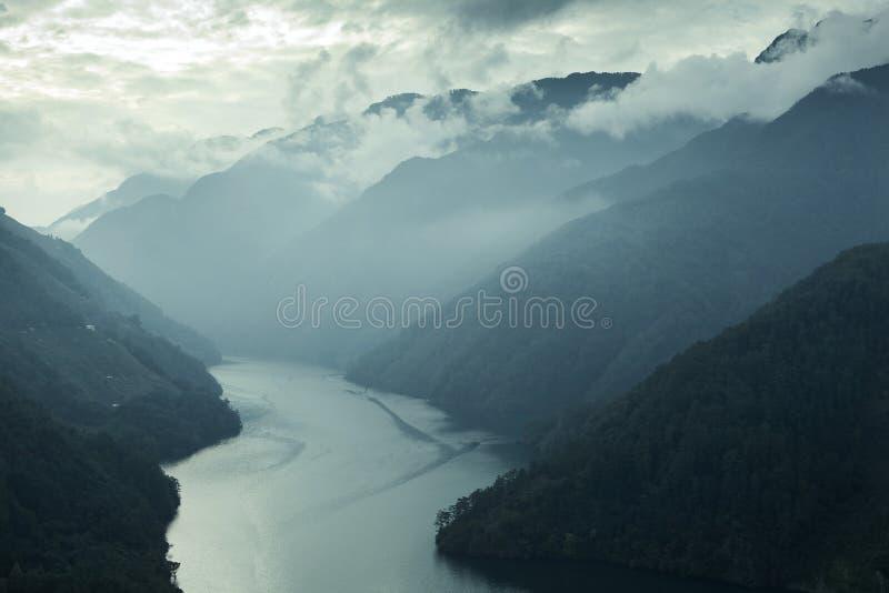 Niebla del valle de la montaña con el río fotografía de archivo libre de regalías