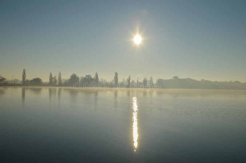 Niebla en el lago imagen de archivo