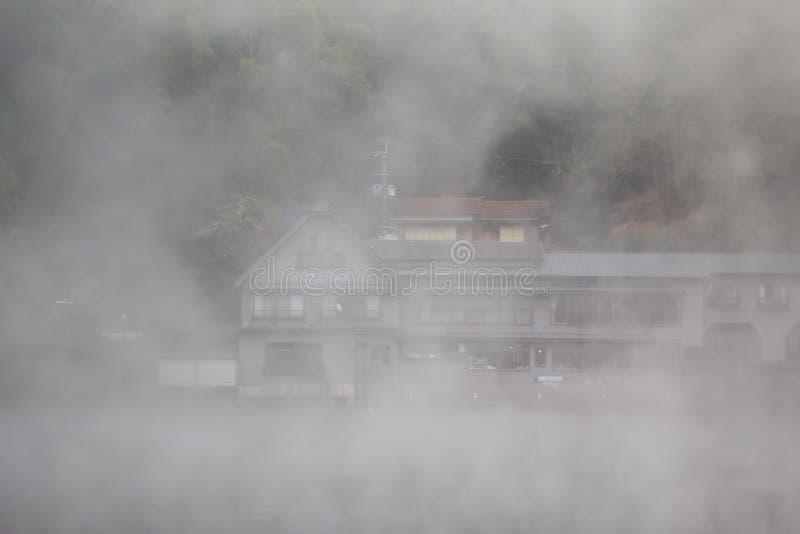 Niebla en el lago en Yufuin foto de archivo