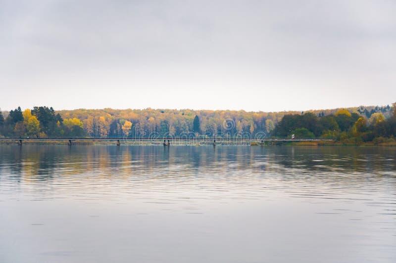 Niebla en el lago Senezh en la caída de Solnechnogorsk en tiempo tranquilo La vista del puente peatonal imágenes de archivo libres de regalías