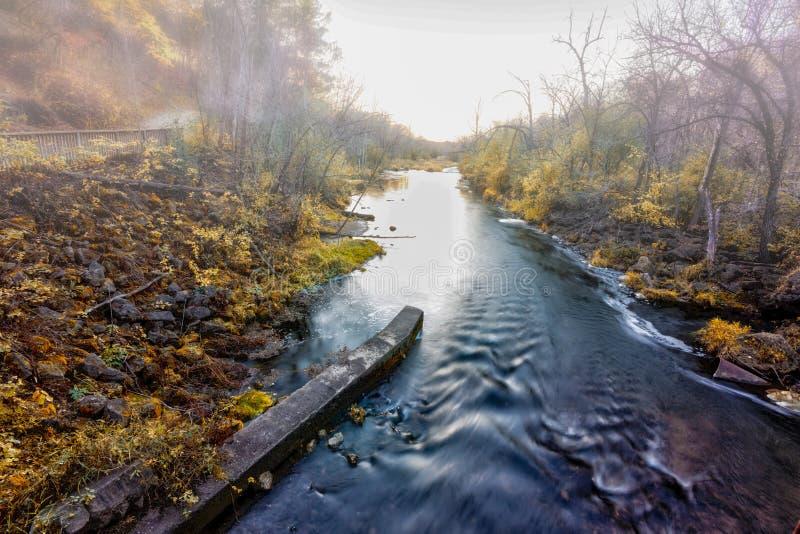 Niebla en el río imagenes de archivo