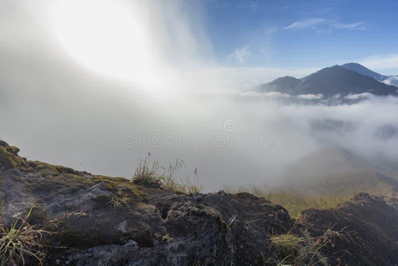 Niebla en la cumbre del soporte Batur imagen de archivo