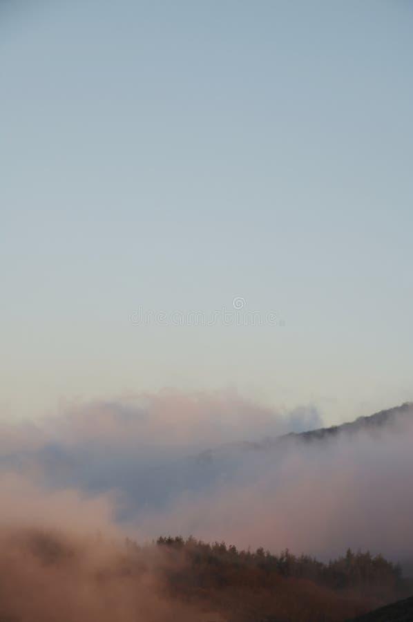 Niebla en la montaña imágenes de archivo libres de regalías
