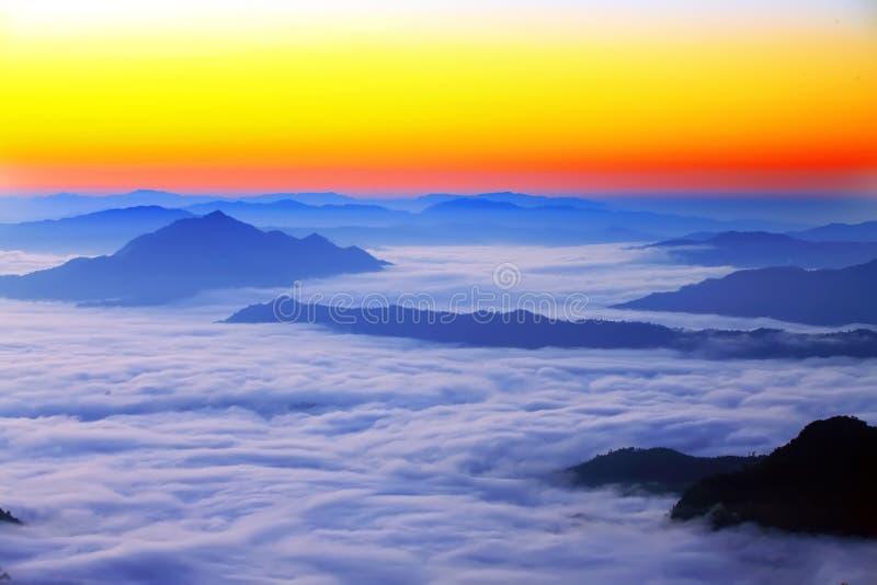 Niebla en la montaña fotografía de archivo libre de regalías