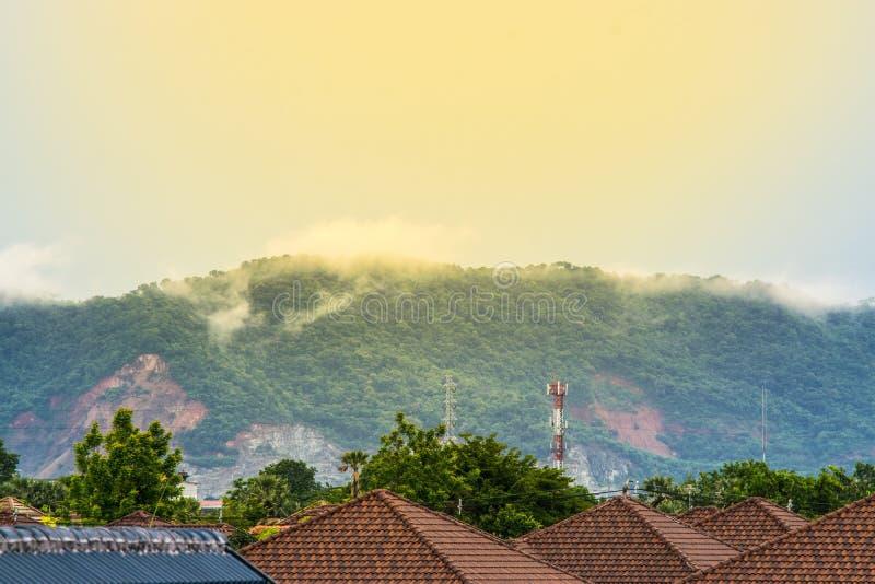 Niebla en la montaña detrás de la casa imagen de archivo