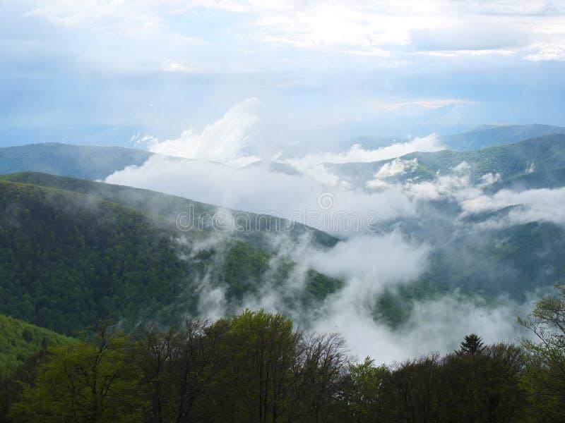 Download Niebla en las montañas foto de archivo. Imagen de temperaturas - 41907118