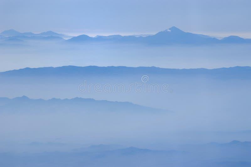 Niebla en las montañas fotografía de archivo