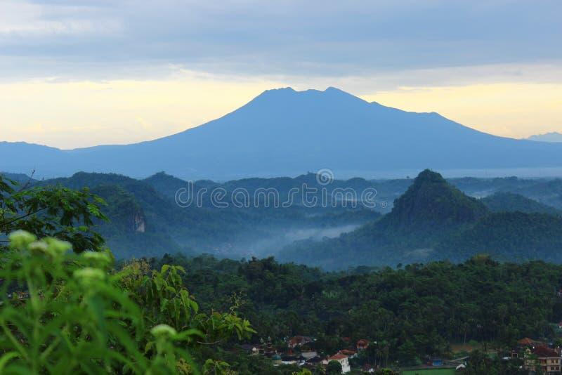 Niebla en las montañas fotos de archivo