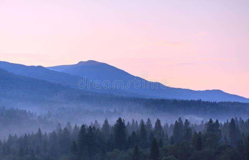 Niebla en montañas foto de archivo