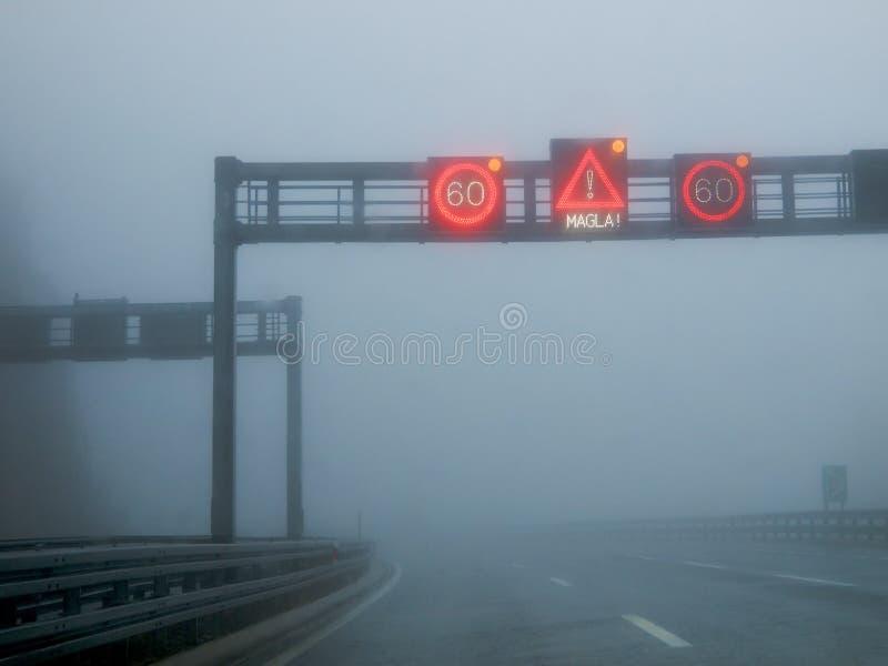 Niebla en un camino foto de archivo libre de regalías