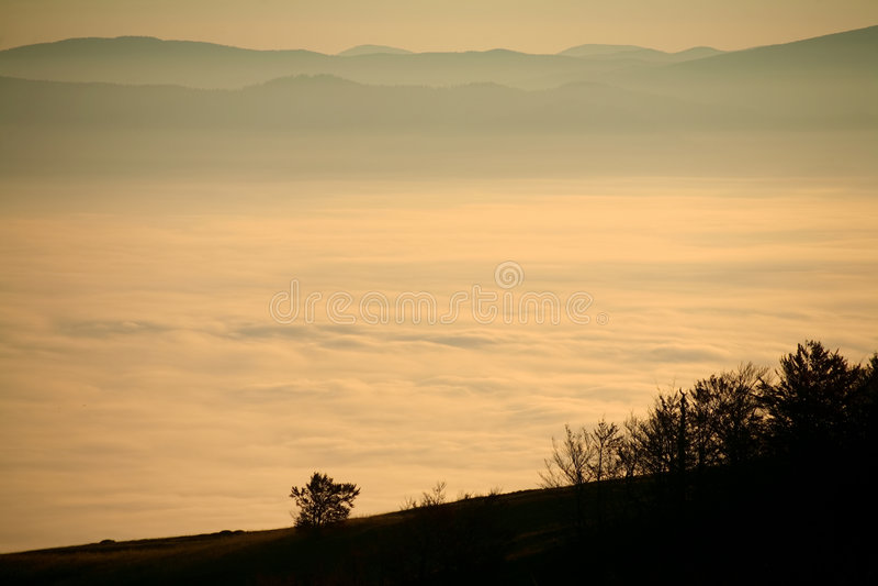 Niebla en un valle foto de archivo