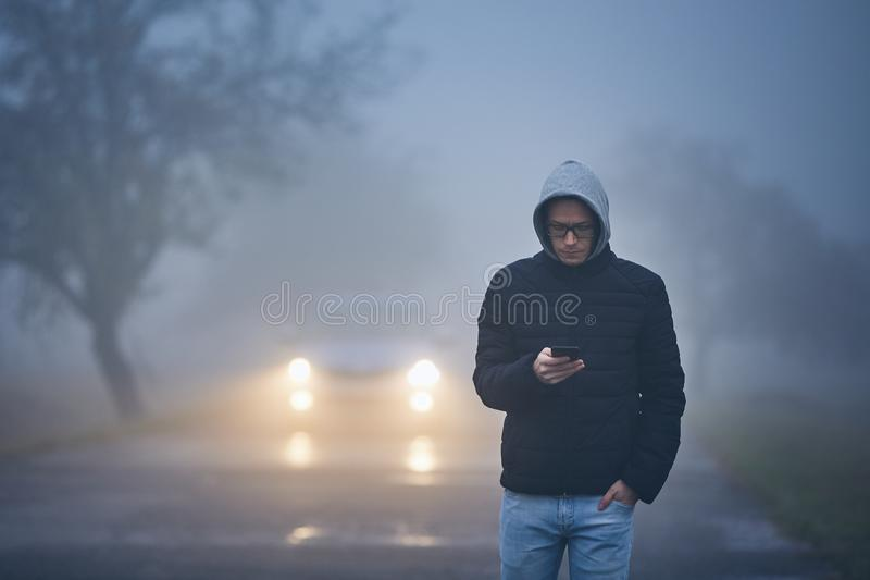 Niebla gruesa en el borde de la carretera fotografía de archivo libre de regalías