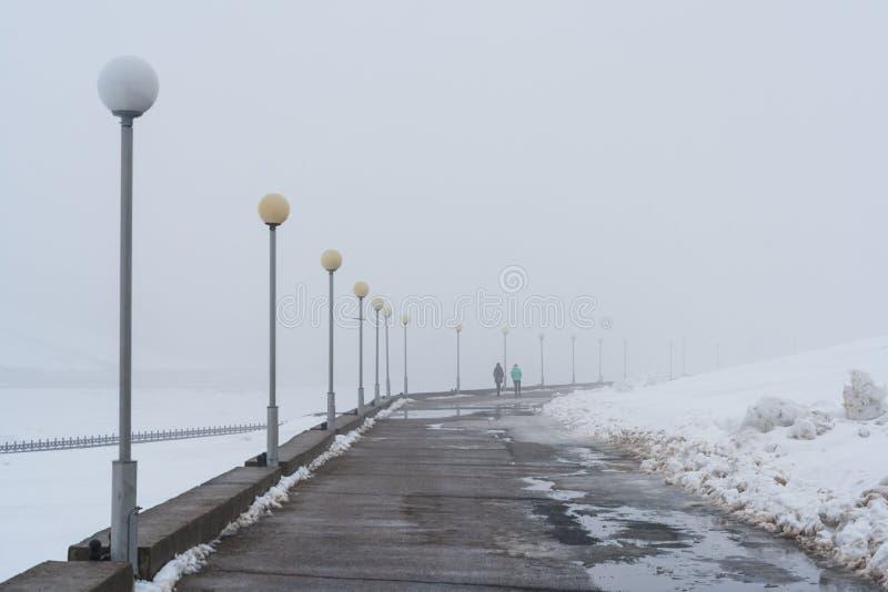 Niebla gruesa en la ciudad de Cheboksari, república del Chuvash, Rusia 03/26/2016 fotografía de archivo libre de regalías