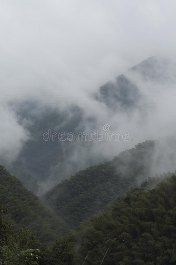 Niebla gruesa en la subida imagen de archivo