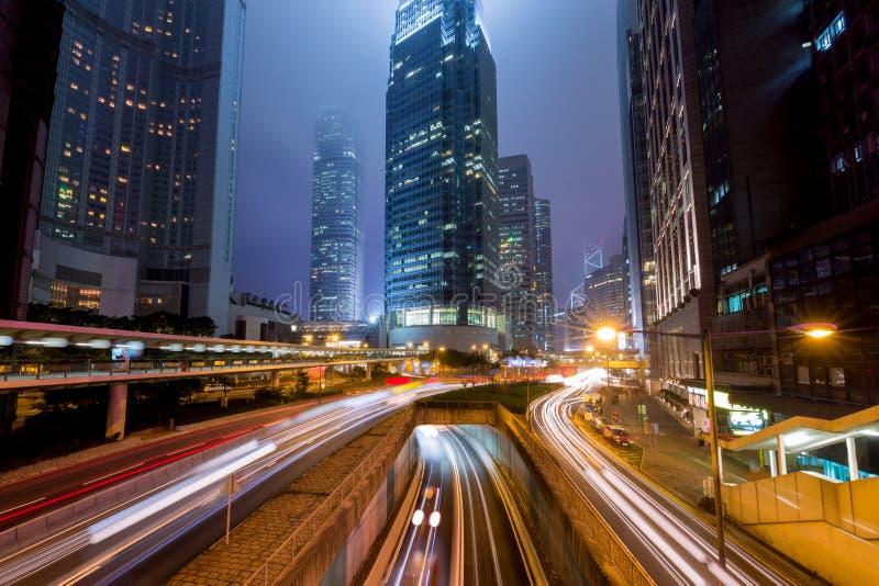 Niebla Hong Kong Central District con la pista ligera imagen de archivo libre de regalías