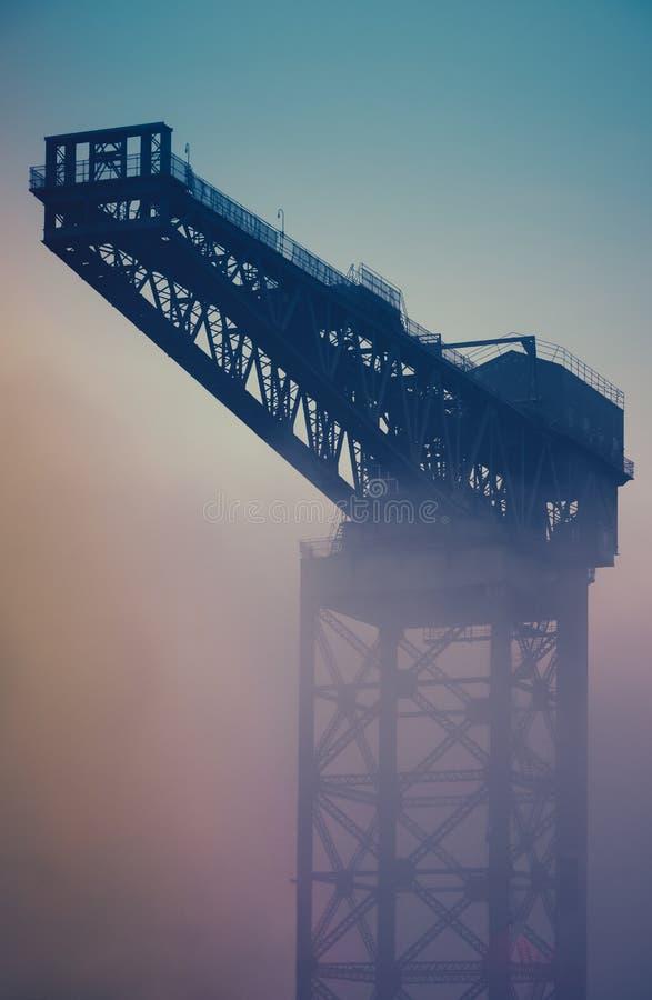 Niebla industrial de Crane At Sunrise In The imagen de archivo