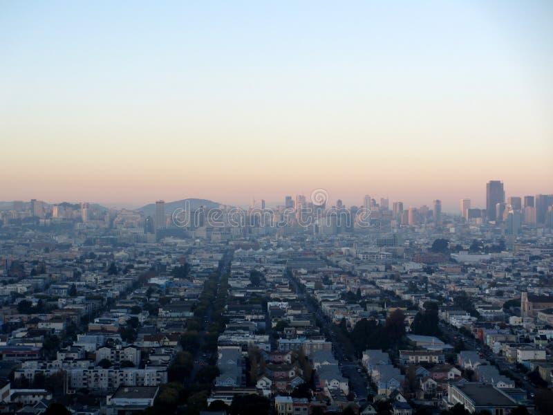 Niebla ligera sobre la antena de San Francisco Cityscape en la oscuridad imagenes de archivo