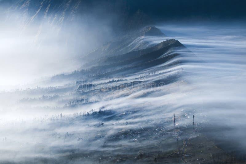 Niebla que fluye sobre Cemoro Lawang fotos de archivo libres de regalías