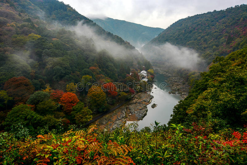 Niebla que rueda sobre Katsura River en el área de Arashiyama de Kyoto, Japón en otoño imagenes de archivo
