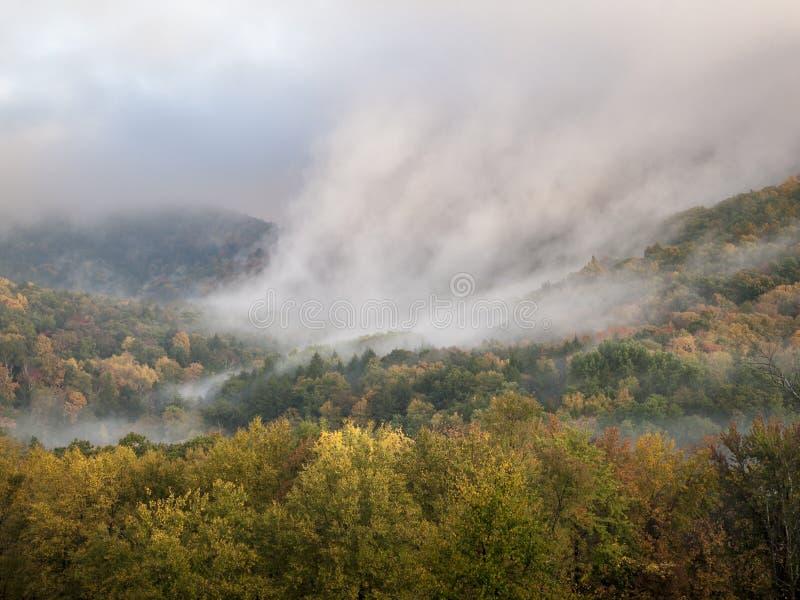 Niebla que sube en Hudson Valley Autumn fotografía de archivo