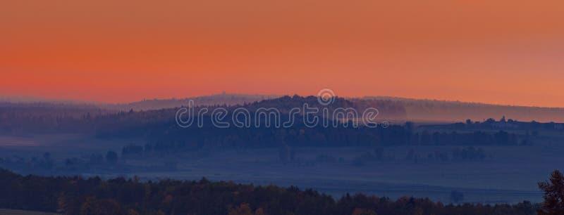 Niebla rosada temprana de la salida del sol y de la mañana en el pueblo, un panorama de varios marcos fotografía de archivo