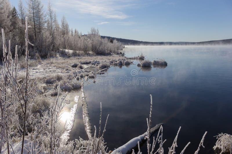 Niebla sobre el lago fotos de archivo libres de regalías