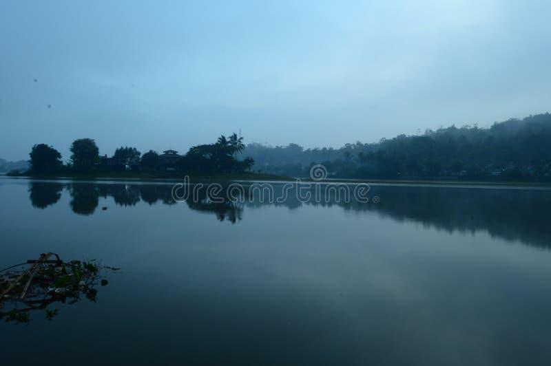 Niebla sobre el lago foto de archivo