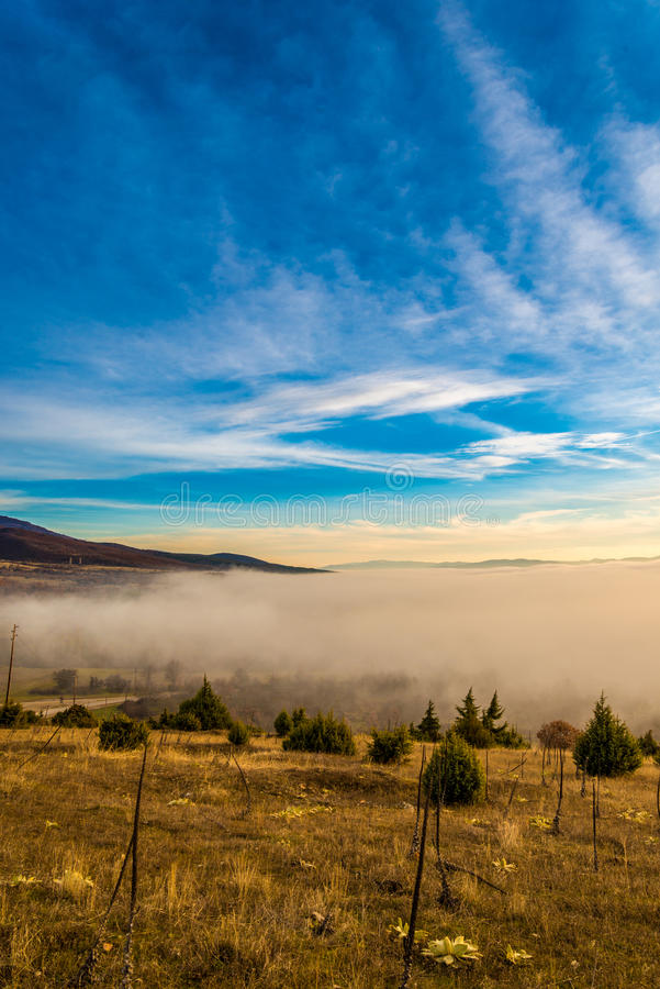 Niebla sobre el prespa del valle en Macedonia imagen de archivo libre de regalías