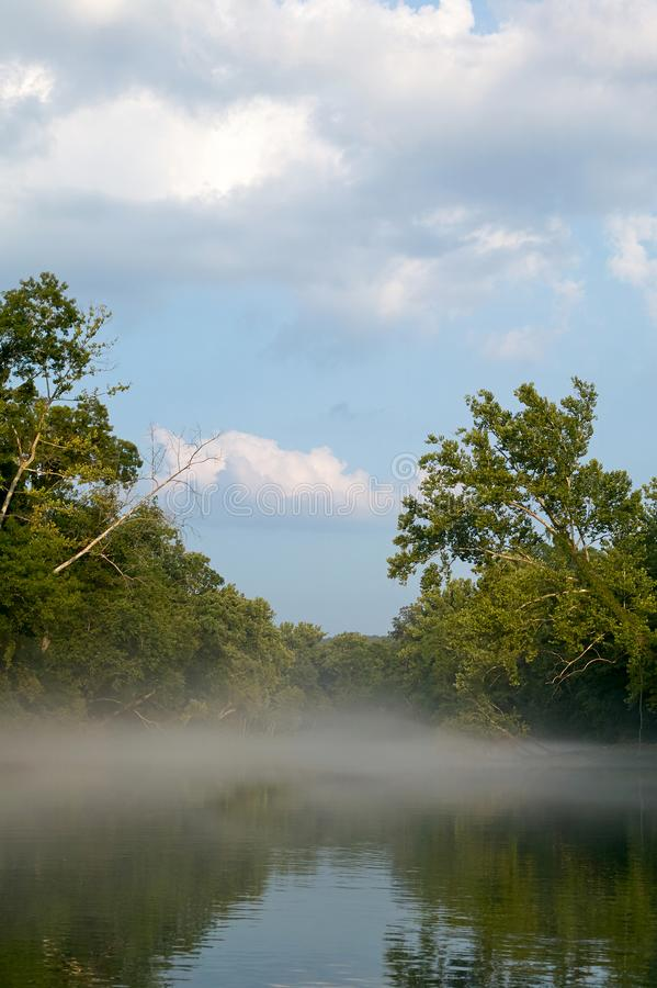 Niebla sobre el río en Ozarks, Missouri, los E.E.U.U. fotos de archivo