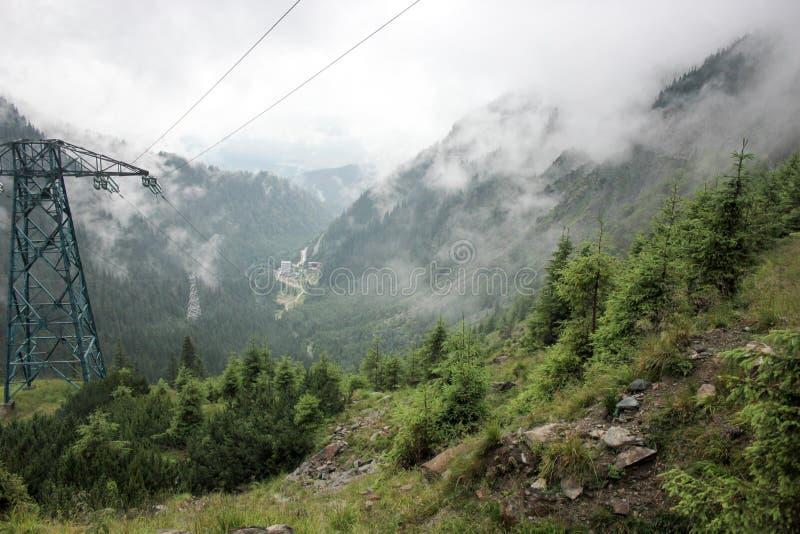 Niebla sobre la carretera a las montañas Camino de Transfagarasan rumania imagen de archivo