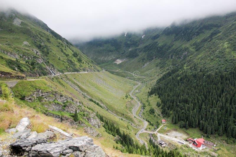 Niebla sobre la carretera a las montañas Camino de Transfagarasan rumania imágenes de archivo libres de regalías