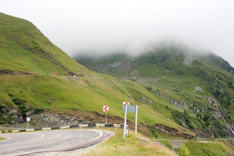 Niebla sobre la carretera a las montañas Camino de Transfagarasan rumania fotos de archivo libres de regalías