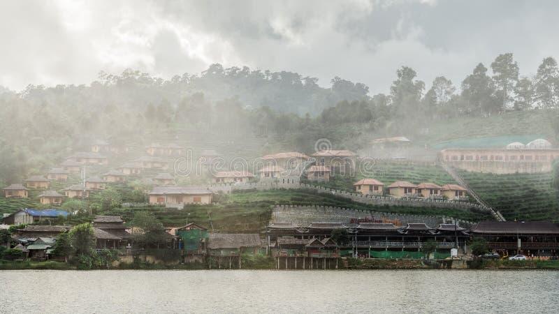 Niebla sobre pueblo del rukthai en el tiempo de mañana imagen de archivo