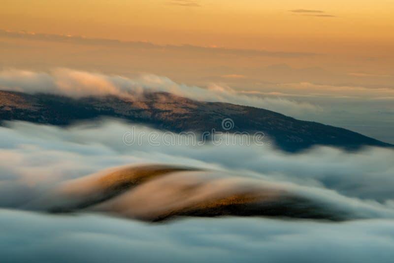 Niebla sobre Rocky Mountains imagen de archivo