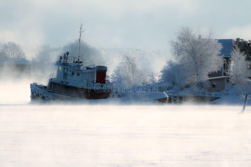 Niebla y barco de hielo fotografía de archivo libre de regalías