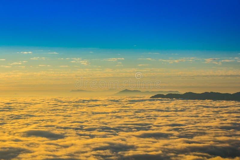 Niebla y cielo imagenes de archivo