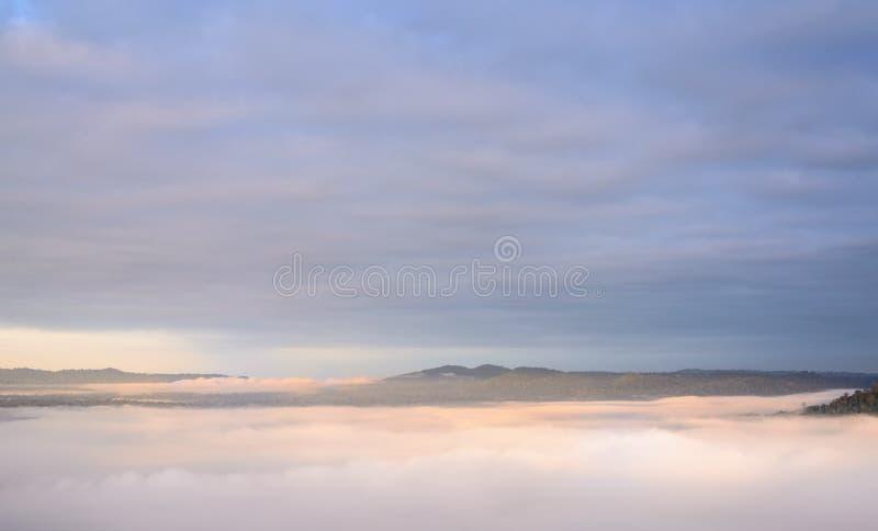 Niebla y cielo imágenes de archivo libres de regalías