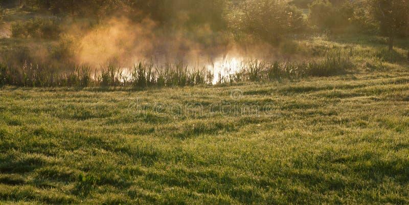 niebla y humo del lago foto de archivo