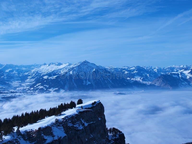 Niebla y montaña, Suiza imagen de archivo