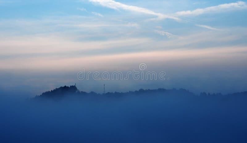 Niebla y nubes de la tarde fotos de archivo