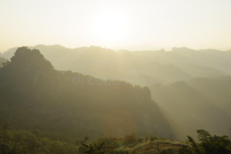 Niebla y sol del paisaje de la montaña de la mañana en el norte de Tailandia fotografía de archivo