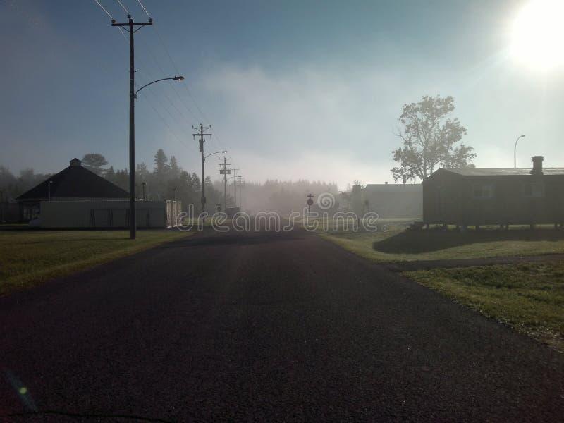 Niebla y sol en un camping imágenes de archivo libres de regalías